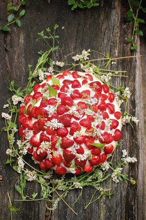 1367522684_content_DIY_Decorate-a-Strawberry-Wedding-Cake_1