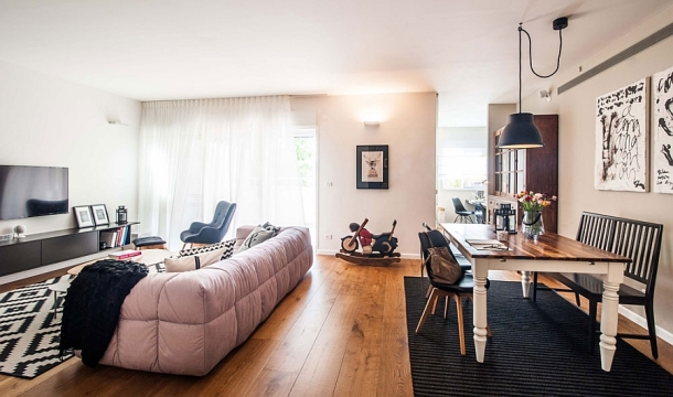 living-room-of-tel-aviv-apartment-in-black-and-white-with-pops-of-blue
